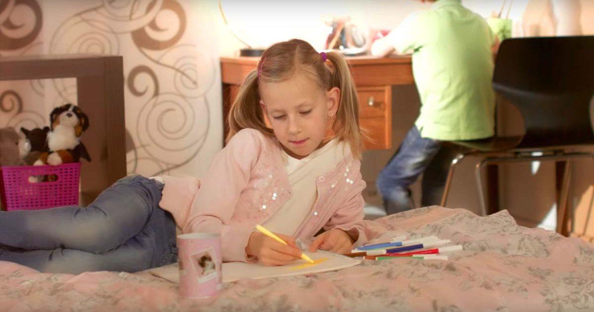 Junges Mädchen malt ein Bild