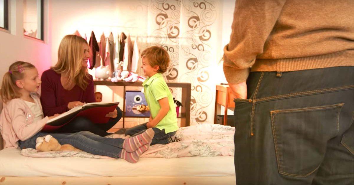 Mutter liest Kindern Geschichte vor, Vater hört zu