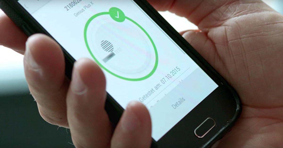 Smartphone zeigt App mit Hektron Rauchmelder Software