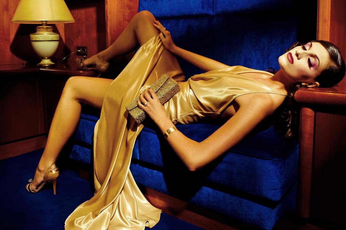 Fotografie eines Models mit Kleid, Schmuck und Accessoires